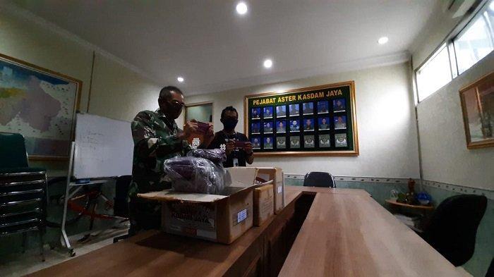 Sebanyak 3000 masker kain, diserahkan oleh General Manager Content Tribunnews.com Yulis Sulistyawan kepada kepada Asisten Teritorial (Aster) Kepala Staf Kodam Jaya Kolonel Inf Jacky Ariestanto di ruang rapat Sterdam Jaya, Jalan Mayjen Soetoyo No. 5 Cililitan Jakarta Timur