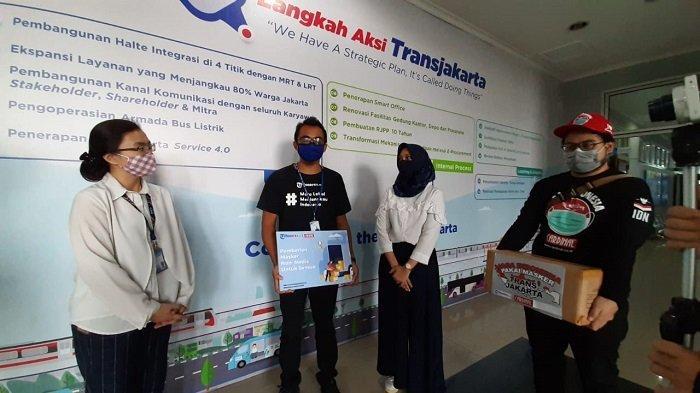 Tribunnews.com bersama Cardinal menyerahkan bantuan berupa 2000 masker kain kepada PT Transjakarta, Senin (27/4/2020)