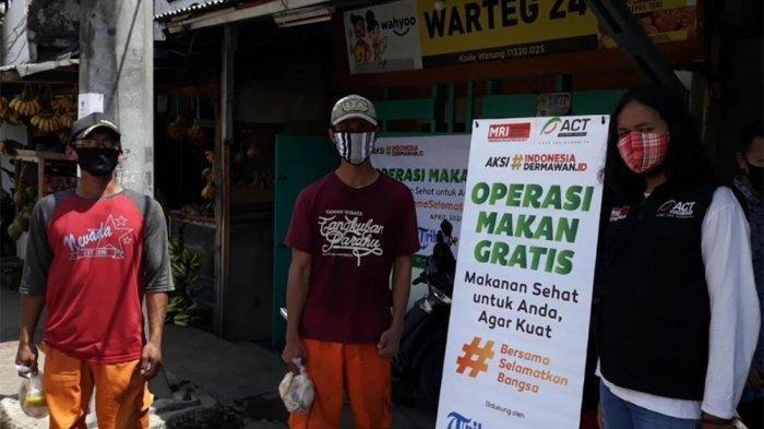 Tribunnews.com dan ACT Bagikan Nasi Bungkus Gratis di Tubagus Angke, Tambora, Jakarta Barat