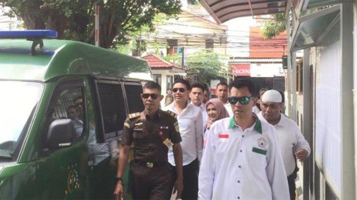 Pablo Benua, Galih Ginanjar dan Rey Utami ketika tiba di Pengadilan Negeri Jakarta Selatan, Senin (9/12/2019).