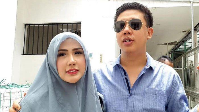 Penampilan Pablo Benua dan Rey Utami saat tiba di Pengadilan Negeri Jakarta Selatan, Senij (27/1/2020).