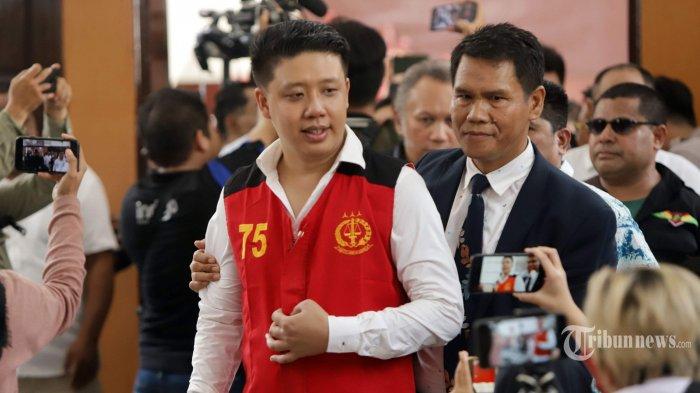 Pablo Benua menjalani sidang perdana dengan agenda pembacaan dakwaan di Pengadilan Negeri (PN) Jakarta Selatan, Senin (9/12/2019). Pablo Benua bersama Rey Utami dan Galih Ginanjar didakwa melakukan pencemaran nama baik Fairuz A Rafiq di media sosial dan dijerat dengan Pasal 27 Ayat 1, Ayat 3 Jo Pasal 45 Ayat 1 Undang-Undang Informasi dan Transaksi Elektronik (UU ITE), serta pasal 310 dan pasal 311 KUHP dengan ancaman hukumannya lebih dari 6 tahun penjara. Tribunnews/Herudin