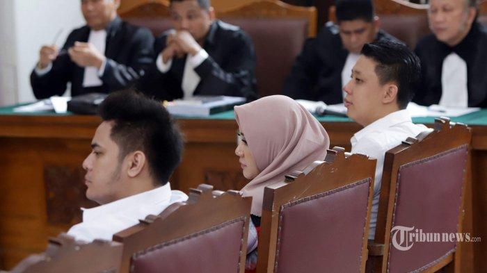 Trio terdakwa kasus ikan asin, Galih Ginanjar, Pablo Benua, dan Rey Utami menjalani sidang perdana dengan agenda pembacaan dakwaan di Pengadilan Negeri (PN) Jakarta Selatan, Senin (9/12/2019). Galih Ginanjar, Pablo Benua, dan Rey Utami didakwa melakukan pencemaran nama baik Fairuz A Rafiq di media sosial dan dijerat dengan Pasal 27 Ayat 1, Ayat 3 Jo Pasal 45 Ayat 1 Undang-Undang Informasi dan Transaksi Elektronik (UU ITE), serta pasal 310 dan pasal 311 KUHP dengan ancaman hukumannya lebih dari 6 tahun penjara. Tribunnews/Herudin