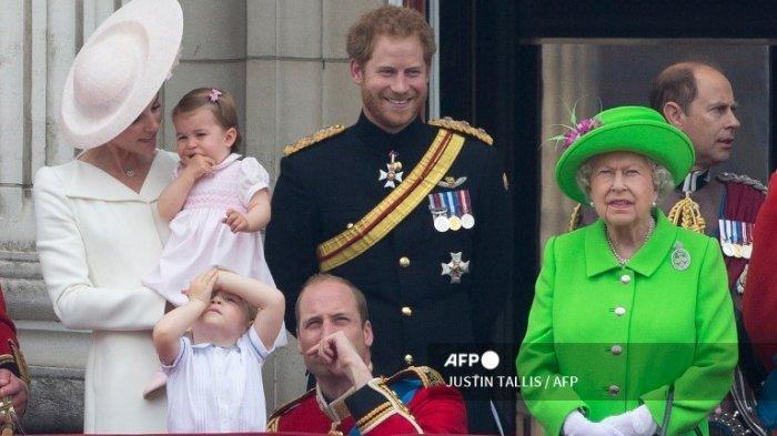 (Kiri ke kanan) Catherine Inggris, Duchess of Cambridge menggendong putrinya Putri Charlotte, Pangeran George, Pangeran Inggris William, Duke of Cambridge, Pangeran Harry dari Inggris dan Ratu Elizabeth II dari Inggris berdiri di balkon Istana Buckingham untuk menyaksikan pesawat terbang melewati Royal Air Force, di London pada 11 Juni 2016. Trooping The Color dan fly-past adalah bagian dari acara akhir pekan untuk merayakan ulang tahun ke-90 Ratu.