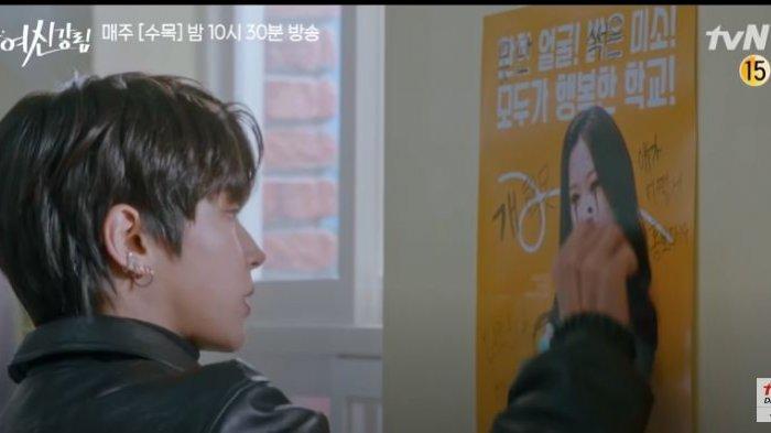 True Beauty episode 13, Seo Jun membersihkan poster Ju Kyung.