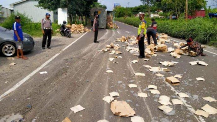 Diduga Sopir Ngantuk, Truk Gandeng Oleng Lalu Tabrak Minibus, Ribuan Piring Berserakan di Jalan