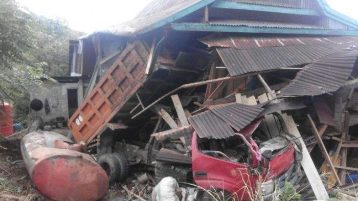 Hilang Kendali saat Jalan Berkelok di Turunan, Truk Hantam Rumah Panggung, Sopir Tewas