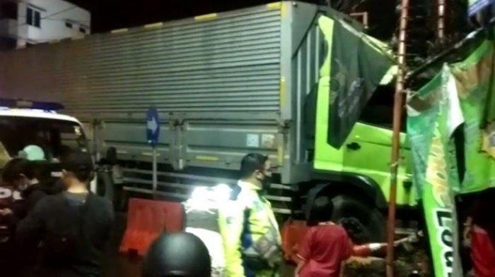 Diduga Alami Rem Blong, Sebuah Truk Kontainer Tabrak Kios di Sukabumi, Sopir Tewas di Lokasi