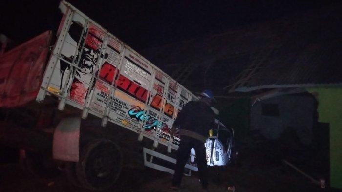 Truk seruduk bangunan madrasah di Kampung Harendong, Desa Sindang Galih