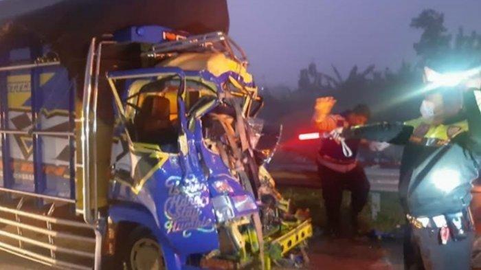 Truk Tabrak Bodi Belakang Tronton di Tol Ngawi-Solo, 1 Orang Tewas, Diduga Pengemudi Mengantuk