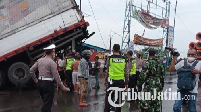 Diduga Rem Blong, Truk Trailer Tabrak dan Seret Wanita Pengendara Motor hingga Masuk ke Kali