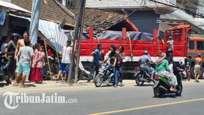 Mesin Tiba-tiba Mati saat Menanjak, Truk Mundur dan Tabrak Rumah Penjual Rujak di Lamongan