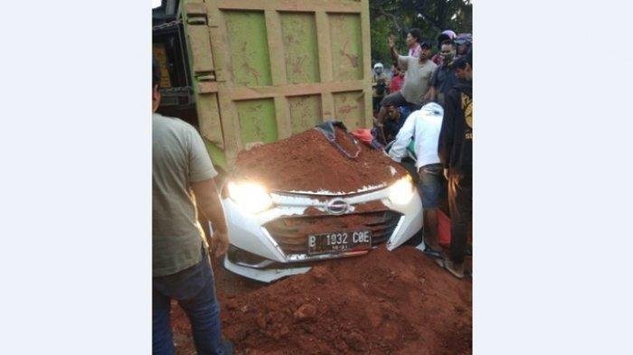 Kecelakaan mengerikan terjadi di Jalan Imam Bonjol, Kecamatan Karawaci, Kota Tangerang pada Kamis (1/8/2019) pagi. Truk tanah bernopol B 9927 TYY meniban seorang bayi dan 3 orang dewasa di lokasi kejadian.