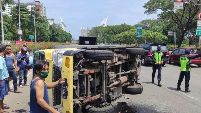 Hindari Mobil yang Putar Balik, Truk Boks Terguling, Motor Tabrak Bagian Belakang Truk