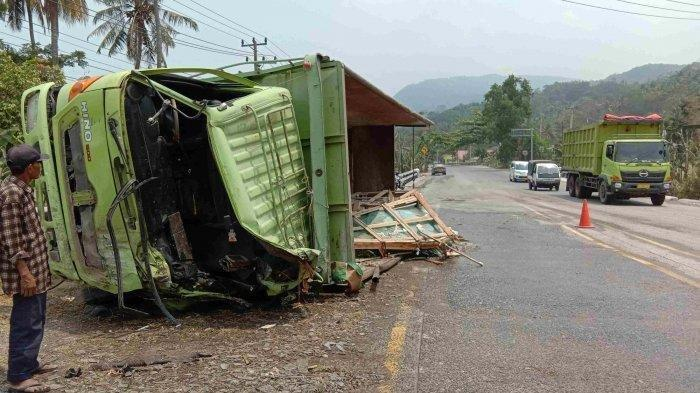 Sebuah truk bermuatan kaca mengalami loss kontrol (rem blong) di Jalinsum kilometer 22-23 di jalur tanjakan Tarahan di Kecamatan Katibung, Rabu (25/9/2019) sekitar pukul 07.30 WIB. Tribunlampung.co.id/Kiki