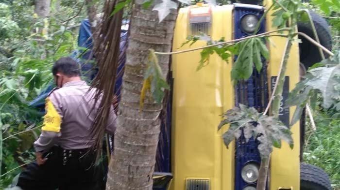 Mesin Mati di Tanjakan, Sebuah Truk Pengangkut Sembako Terjun ke Jurang Sedalam 10 Meter