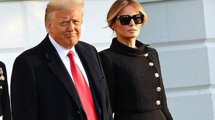 Melania dan Trump meninggalkan Gedung Putih, Rabu (20/1/2021). Melania Trump tampak mengenakan busana serba hitam di hari terakhir mereka bertugas di Washington.