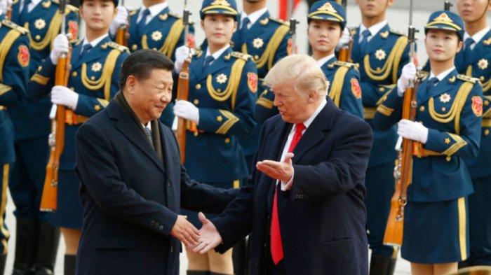 Presiden Tiongkok Xi Jinping (kiri) saat bertemu dengan Presiden Amerika Serikat Donald Trump di Beijing, Tiongkok, pada 9 November 2017