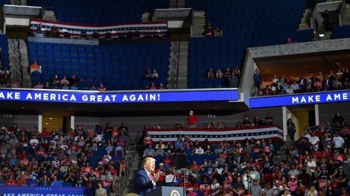 Bagian atas arena terlihat sebagian kosong ketika Presiden AS Donald Trump berbicara selama kampanye di BOK Center pada 20 Juni 2020 di Tulsa, Oklahoma. Ratusan pendukung berbaris lebih awal untuk reli politik pertama Donald Trump dalam beberapa bulan, mengatakan risiko tertular COVID-19 di arena yang besar dan penuh sesak tidak akan membuat mereka tidak mendengar pesan kampanye presiden.