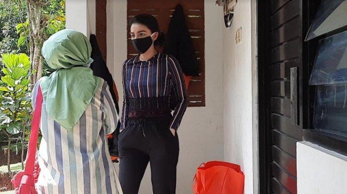 Tsania Marwa saat berada dikediaman Atalarik Syach untuk menjemput kedua buah hatinya, Cibinong Kabupaten Bogor, Kamis (29/4/2021).