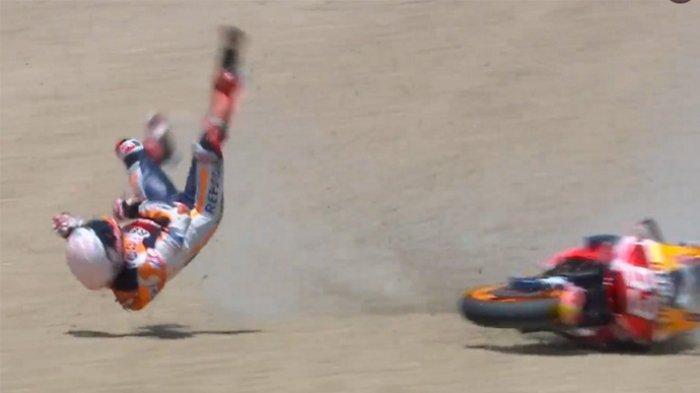 Tubuh Marc Marquez terpelanting ke udara saat motornya mengalami kecelakaan high side di tikungan ke-4 Sirkuit Jerez, Spanyol pada lap ke-22, Minggu (19/7/2020).