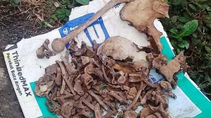 Petugas dibantu warga melakukan penggalian lokasi temuan tulang kerangka manusia di area bekas longsor di Desa Pasirpanjang, Salem, Brebes, Senin (2/12/2019).
