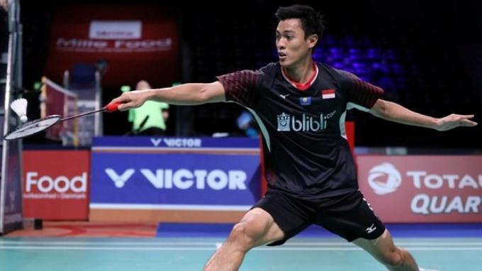 Tunggal putra Indonesia, Shesar Hiren Rhustavito saat beralag di Denmar Open 2019 menghadapi wakil Hong Kog, Ng Ka Long Angus.