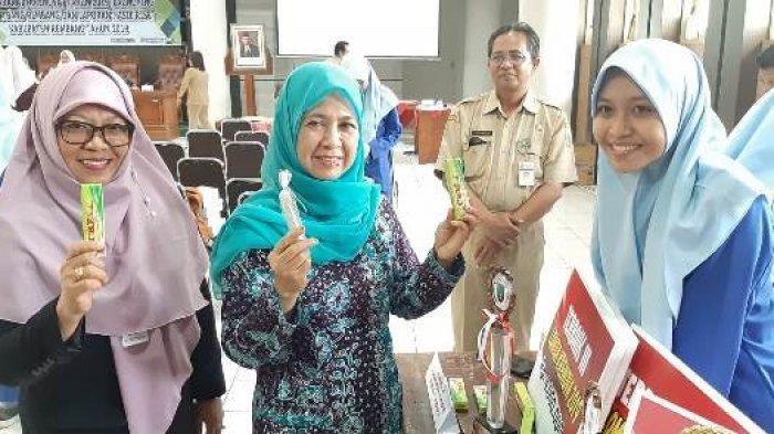 Sulap Limbah Plastik Jadi Lem Tembak, Siswi SMAN 1 Rembang Juarai Krenova 2019