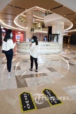 Ketua Asosiasi Pengelola Pusat Belanja Indonesia (APPBI) Jatim sekaligus Direktur Marketing Pakuwon Group, Sutandi Purnomosidi menunjukkan stiker one way yang tertempel di lantai Tunjungan Plaza, Kota Surabaya, Jawa Timur, Jumat (29/5/2020). Tunjungan Plaza menerapkan aturan one way system untuk menghindari pengunjung saling berpapasan satu sama lain dan berharap aturan ini bisa memperkecil angka penularan Covid-19 khususnya di pusat perbelanjaan. Hal tersebut dilakukan jelang pemberlakuan new normal di Kota Surabaya. Surya/Ahmad Zaimul Haq