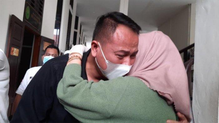 Vicky Prasetyo Menangis Dituntut 8 Bulan Tahanan Atas Dugaan Tindak Pencemaran Nama Baik