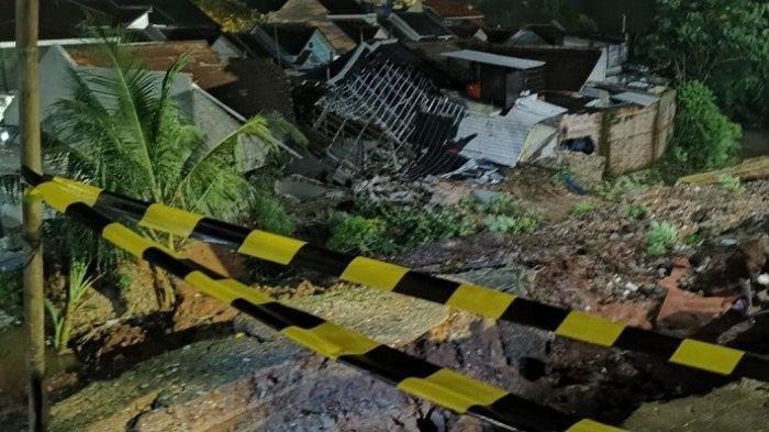 Longsor tumpukan di Perumahan Griya Satwika Telkom, Pisangan, Ciputat Timur, Kota Tangerang Selatan, Jumat (11/6/2021) malam.