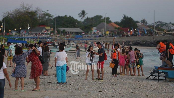 Sejumlah turis China mendominasi kunjungan di Pantai Kelan, Badung, Selasa (23/10/2018). Pariwisata Bali dijual murah kepada wisatawan China. TRIBUN BALI/I NYOMAN MAHAYASA