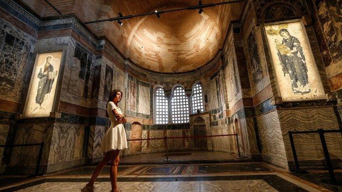 Seorang wanita mengunjungi Gereja St. Savior, yang dikenal sebagai Kariye dalam bahasa Turki, di Istanbul, 21 Agustus 2020.