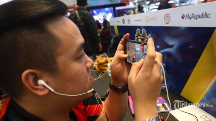 Sejumlah Gamers bertanding game online PUGB mobile dalam turnamen 'NXL Mobile Esport Cup 2019' di lantai dasar Mangga Dua Mall di Jakarta, Minggu (17/3/19). Turnamen yang diikuti ratusan gamers bertanding di game Mobile Legends dan PUBG Mobile diharapkan kedepannya pemerintah mendorong ekosistem yang positif dan sehat serta tidak menggangu kegiatan belajar mengajar. TRIBUNNEWS/IRWAN RISMAWAN