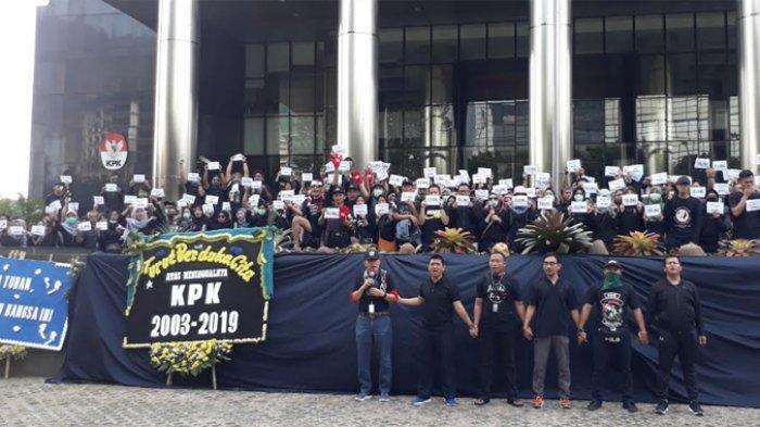 Wadah Pegawai Komisi Pemberantasan Korupsi (KPK) menggelar aksi turun ke jalan pada Minggu (8/9/2019) pagi. Mereka menutup logo KPK dengan kain hitam.