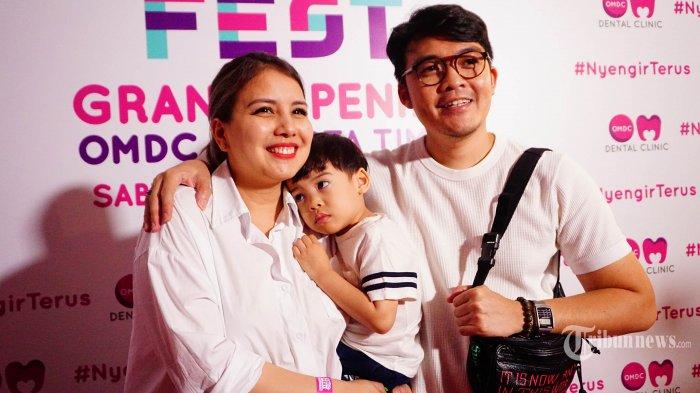 Aktris Tya Ariestya (kiri) berpose bersama keluarga pada acara OMDC Fest di kawasan Rawamangun, Jakarta Timur, Sabtu (14/9/2019). Tya Ariestya hadir beserta anak dan suaminya untuk menyaksikan acara grand opening cabang baru OMDC Dental Clinic. Tribunnews/Muhammad Iqbal Firdaus