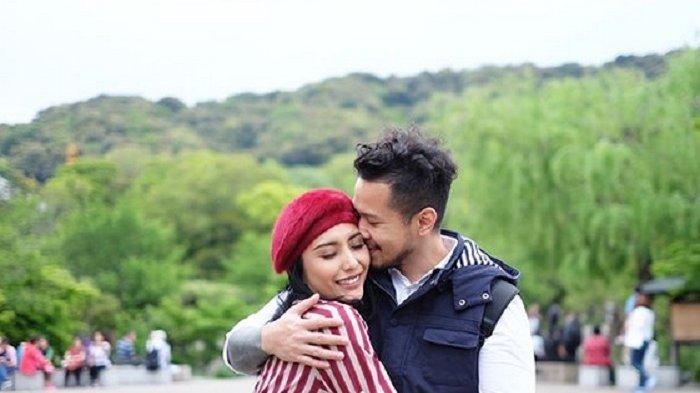 Tyas Mirasih dan Suami berlibur di Jepang
