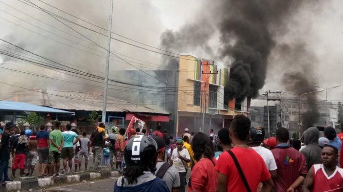 Warga tampak melihat dari dekat toko yang dibakar massa pengunjuk rasa di Kota Manokwari Papua Barat.