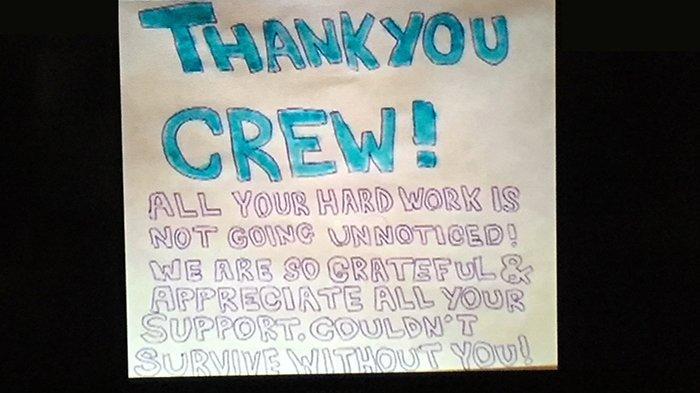 Tulisan ucapan terima kasih buat para kru dari para penumpang kapal Diamond Princess.