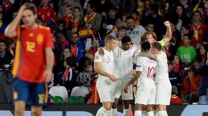 Penyerang Inggris, Marcus Rashford (keempat dari kanan), merayakan gol yang dicetak ke gawang Spanyol dalam laga UEFA Nations League di Stadion Benito Villamarin, Seville, Spanyol pada 15 Oktober 2018.