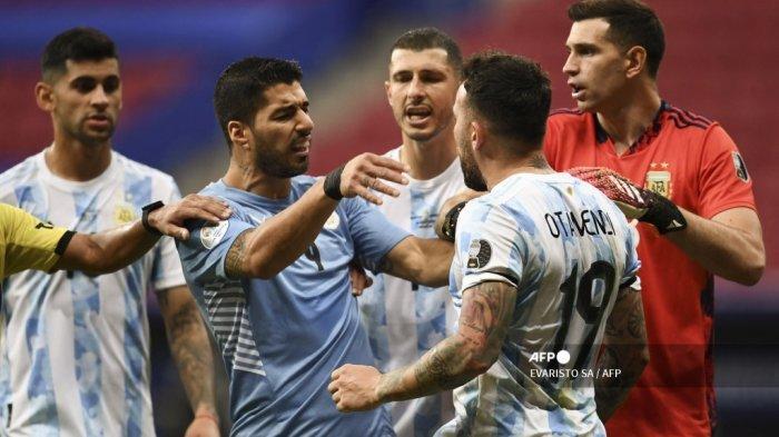 Luis Suarez (2-L) Uruguay berdebat dengan Nicolas Otamendi dari Argentina selama pertandingan fase grup turnamen sepak bola Conmebol Copa America 2021 di Stadion Mane Garrincha di Brasilia, pada 18 Juni 2021. EVARISTO SA / AFP