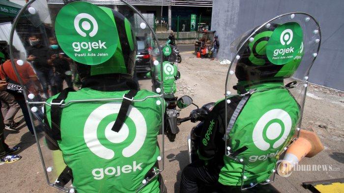 Chief of Public Policy and Government Mitra driver Gojek mencoba alat pelindung pada layanan roda-dua GoRide dalam acara uji coba sekat pelindung di Jakarta, Rabu (10/6/2020). Mulai minggu ini, GoRide melakukan uji coba penggunaan sekat pelindung yang berfungsi meminimalisasi penyebaran virus melalui droplet. Penggunaan sekat pelindung digunakan pada layanan GoRide yang kembali beroperasi di DKI Jakarta pada masa PSBB Transisi. TRIBUNNEWS/HO