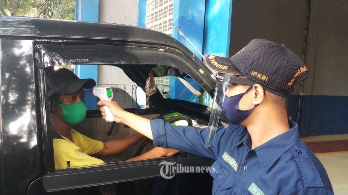 UJI KIR - Petugas UPTD Pengujian Kendaraan Bermotor Kota Tangerang, sedang melakukan uji kir sebuah kendaraan, Kamis (4/6/2020). Setelah ditutup selama 1,5 bulan akibat pemberlakuan PSBB dan adanya pandemi Covid-19, UPTD Pengujian kendaraan bermotor Kota Tangerang, yang baru saja dibuka diserbu pemohon uji kir kendaraan. Untuk ketertiban pihak UPTD melakukan pembatasan pemohon, per hari hanya dibatasi sebanyak 230 pemohon. WARTA KOTA/NUR ICHSAN