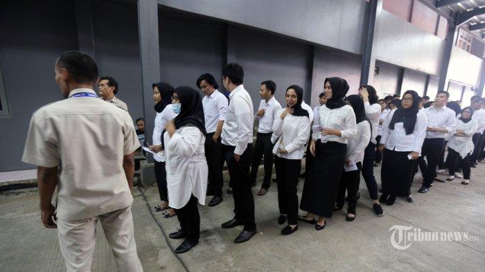 Peserta bersiap mengikuti Ujian Seleksi Calon Pegawai Negeri Sipil (CPNS) menggunakan komputer atau sistem computer assisted test (CAT) di Kantor Badan Kepegawaian Negara (BKN), Cililitan, Jakarta Timur, Senin (27/1/2020). Sesuai Permenpan RB Nomor 24 Tahun 2019, tiga tes diujikan dalam pelaksanaan SKD CPNS tahun ini. Ketiganya yaitu Tes Karakteristik Pribadi (TKP), Tes Wawasan Kebangsaan (TWK), dan Tes Intelegensia Umum (TIU). Sebanyak 100 soal akan diujikan, terdiri dari 35 soal TKP, 35 soal TIU, dan 30 soal TWK. Warta Kota/Alex Suban
