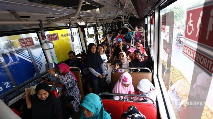 Emak-emak naik Bus TransJakarta.