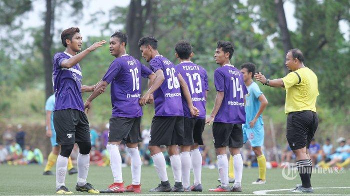 Pemain Persita (Tangerang) membuat pagar betis saat melawan Bhayangkara FC pada laga ujicoba di National Youth Training Centre (NYTC), Depok, Kamis (11/1/2017) Super Ball/Feri Setiawan