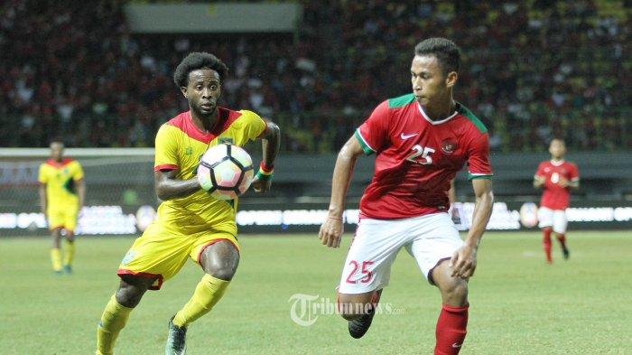 Pemain timnas Indonesia, Osvaldo Haay berebut bola dengan pemain Guyana dalam laga ujicoba di stadion patriot, Bekasi (25/11/2017) dalam pertandingan tersbut timnas indonesia berhasil kalahkan Guyana dengan skor 2-1. Super Ball/Feri Setiawan