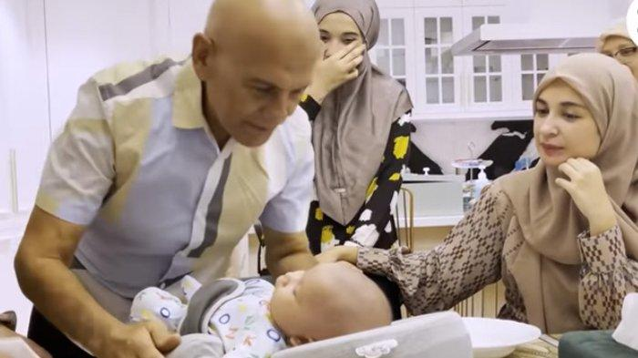 Momen haru pertemuan Mark Sungkar dan baby Ukassya