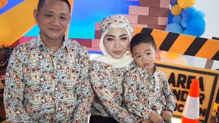 Bella Shofie, Daniel Rigan dan putranya, Prince Danillo Rigan saat peryaan ulang tahun Danillo ke tiga tahun di kawasan Sentul, Kabupaten Bogor, Kamis (9/9/2021).