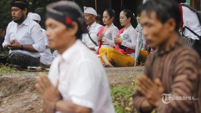 MELASTI. Umat hindu mengikuti prosesi upacara Melasti di Pura Segara Ukir, komplek pantai Ngobaran, Desa Kanigoro, Saptosari, Gunungkidul, DI yogyakarta, Senin (9/3/2020).Upacara ini merupakan rangkaian peringatan hari raya Nyepi tahun baru Saka 1942 dengan tujuan untuk mensucikan Buana Agung, Buana Alit dan Pratima. Hari Raya Nyepi tahun 2020 masehi akan dilaksanakan pada 25 Maret mendatang. (TRIBUN JOGJA/Hasan Sakri Ghozali)